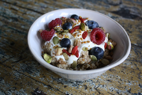 Steaming hot quinoa porridge 4